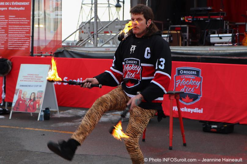 jongleur feu Tournee Hockey d_ici Rogers a Chateaugauy photo JH INFOSuroit