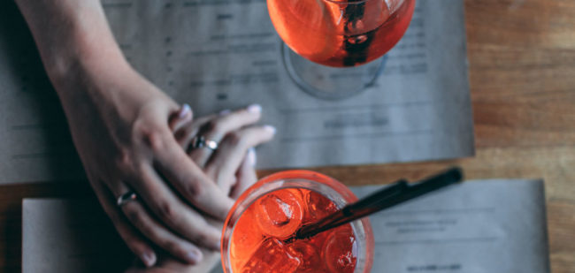 verres-couple-cocktail-restaurant-photo-andy-pluzhnik-pexels