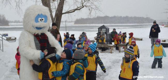 yeti mascotte YetiFest a Valleyfield avec enfants CPE Cadet-Rousselle photo INFOSuroit