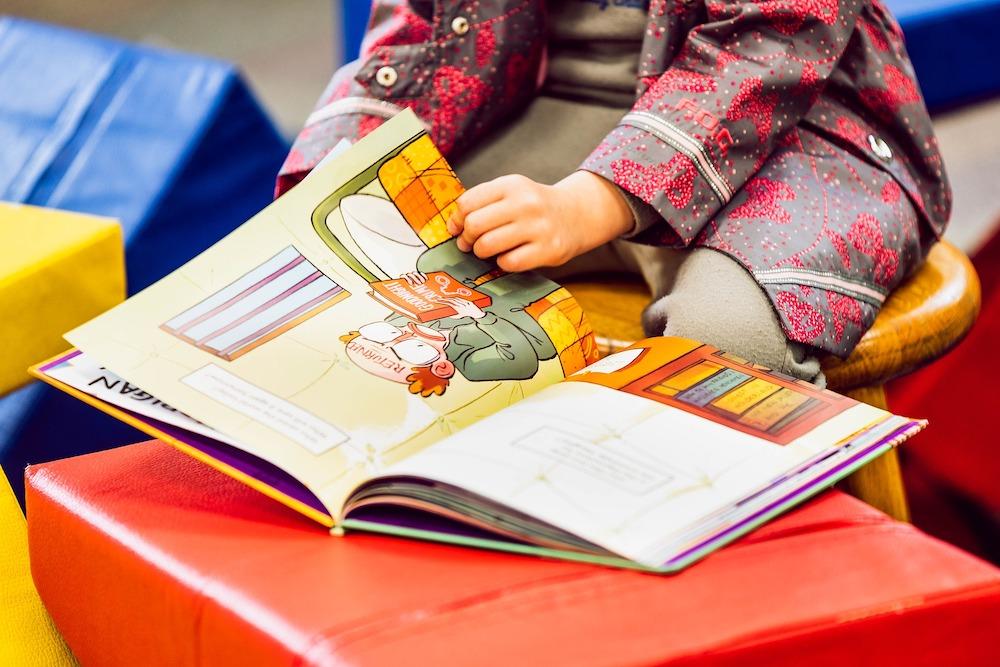 enfant lecture livre heure du conte photo Vlad_Vasnetsov via Pixabay et INFOSuroit