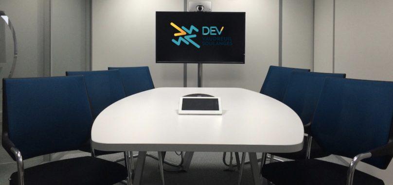 salle de reunion video conference photo JRaffin via Pixabay et logo DEVVS via INFOSuroit